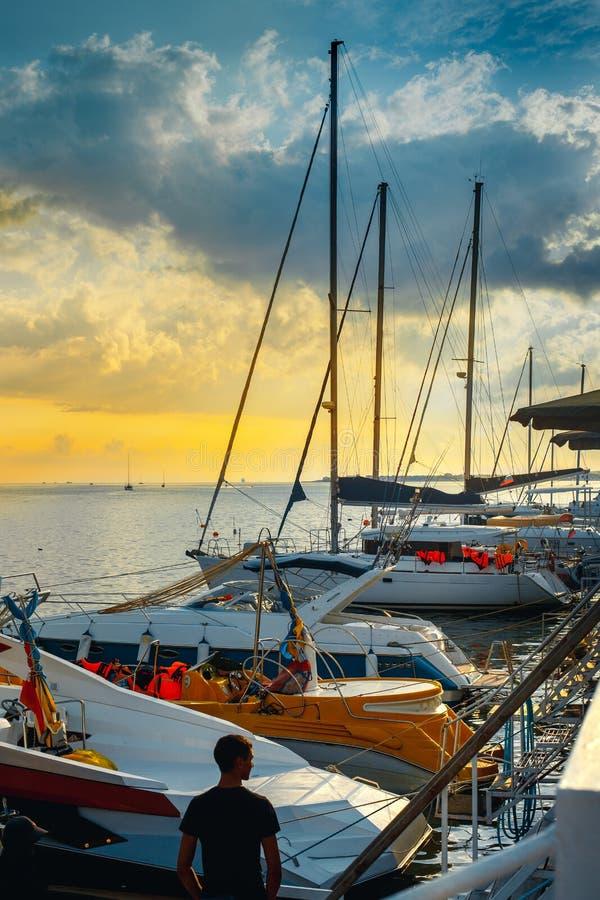 Yate de la navegación amarrado a un embarcadero en un puerto pintoresco en el concepto del transporte de la travesía del agua del imagen de archivo