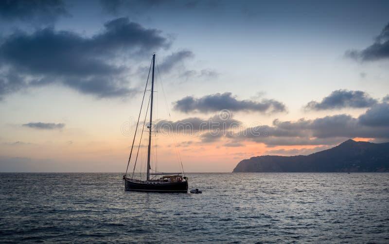 Yate de la navegación en la puesta del sol foto de archivo libre de regalías