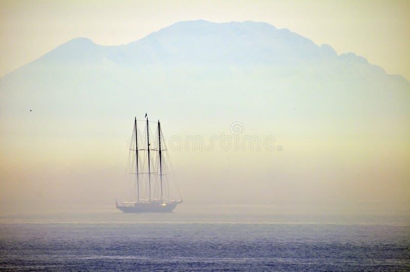Yate de la navegación en una niebla fotos de archivo