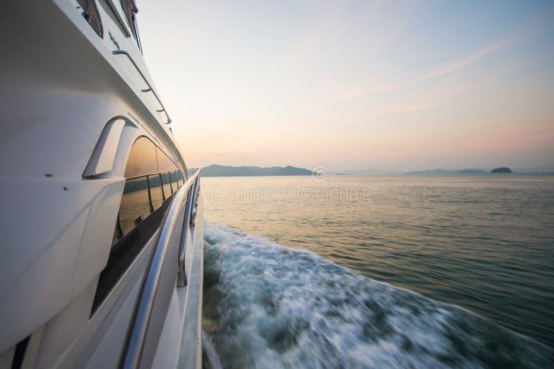 Yate de lujo del barco en el mar en el tiempo de la puesta del sol imagen de archivo