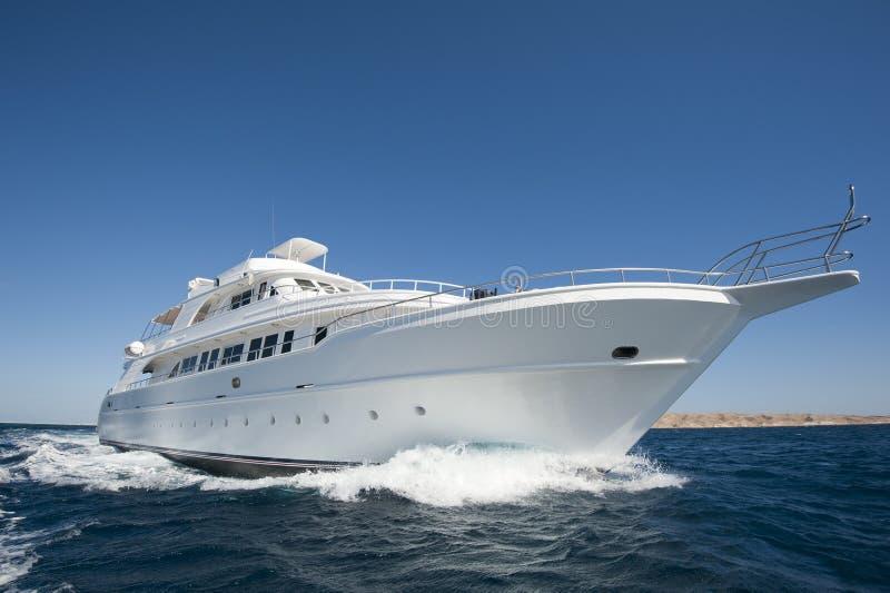 Yate de lujo del motor en el mar foto de archivo libre de regalías