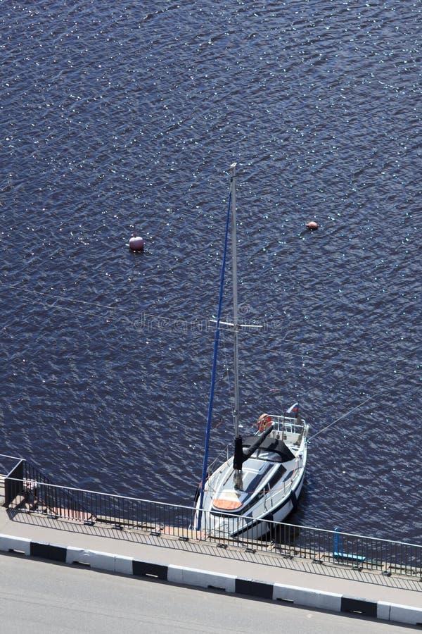 Yate de lujo en el mar azul foto de archivo
