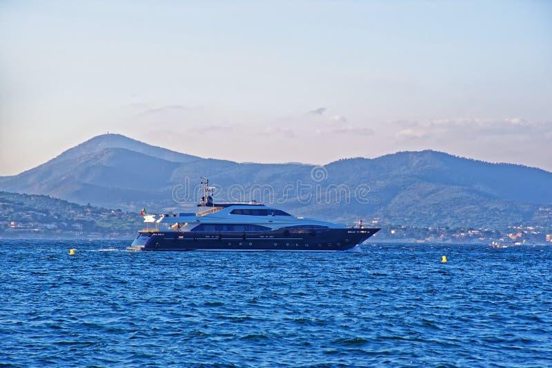 Yate de lujo en el puerto de Saint Tropez fotos de archivo libres de regalías