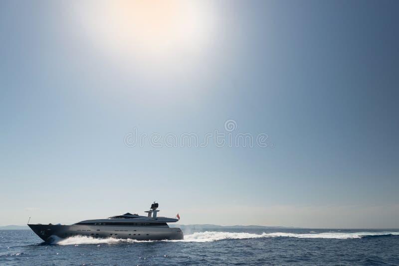 Yate del motor en el mar abierto imagenes de archivo