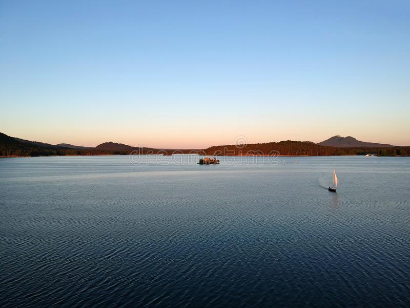 Yate en el lago imagen de archivo