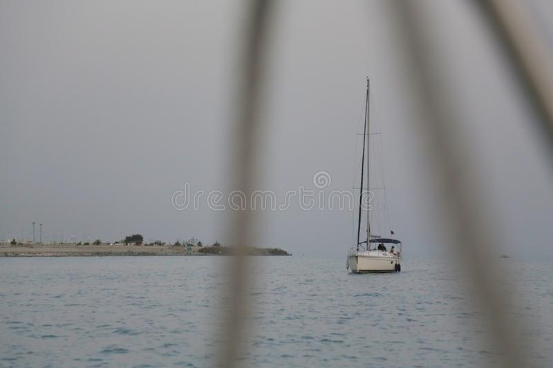 Yate en el mar cerca de la orilla 001 fotos de archivo libres de regalías