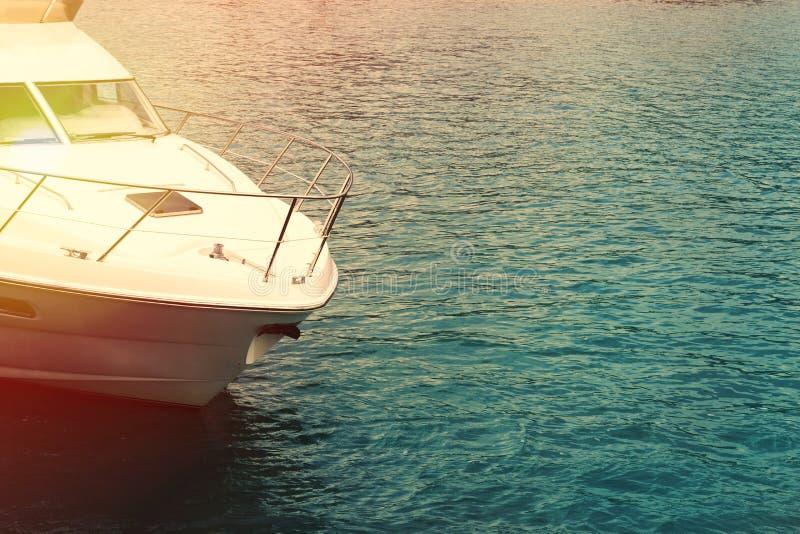 Yate en el mar La nariz del ` s del yate en el concepto del agua de viaje y de mar camina fotos de archivo