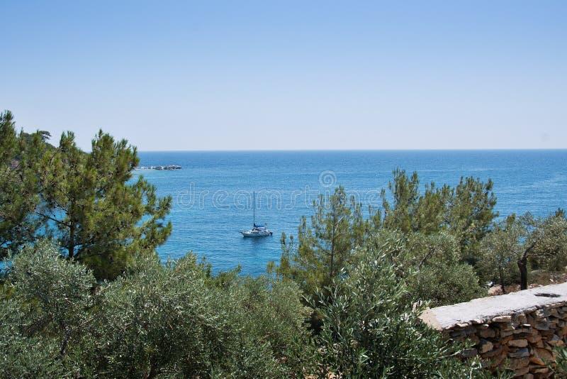 Yate en el mar Mediterráneo foto de archivo libre de regalías
