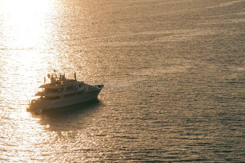 Yate en el mar Mediterráneo en la puesta del sol, viaje de lujo del viaje, espacio para el texto, verano, superficie del océano,  fotos de archivo libres de regalías