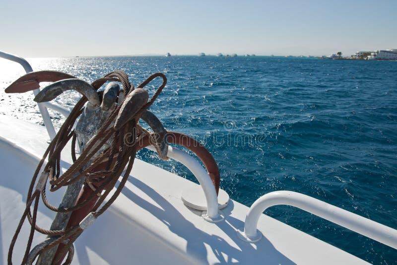Yate en el mar y un ancla imagenes de archivo