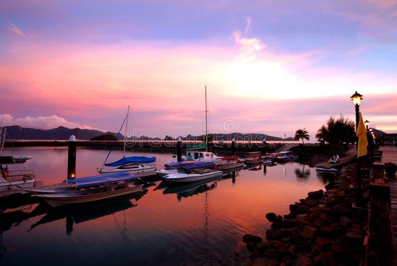 Yate en la puesta del sol fotografía de archivo