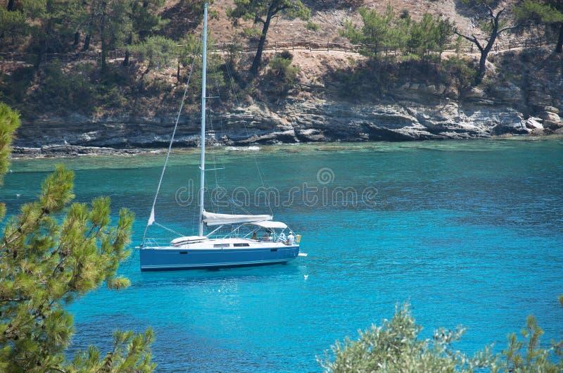 Yate en laguna azul en el mar Mediterráneo imagenes de archivo