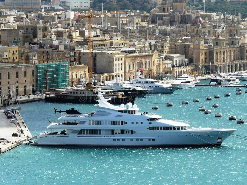 Yate mega hermoso 'Samar 'en el puerto de Birgu, Malta fotos de archivo