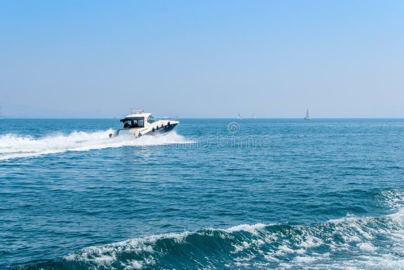 Yate privado grande del motor hacia fuera en el mar en el cielo azul foto de archivo libre de regalías