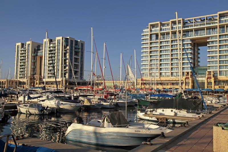 Yate, 'promenade' y hotel de Ritz-Carlton en el puerto deportivo de Herzliya, Isra fotografía de archivo