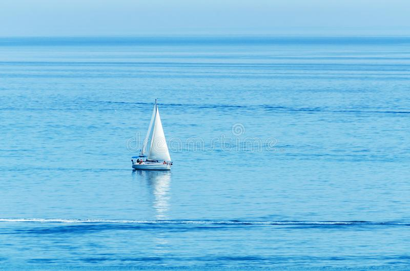Yate que navega el mar, el cielo claro y el agua azul, deporte recreativo, resto activo fotos de archivo libres de regalías