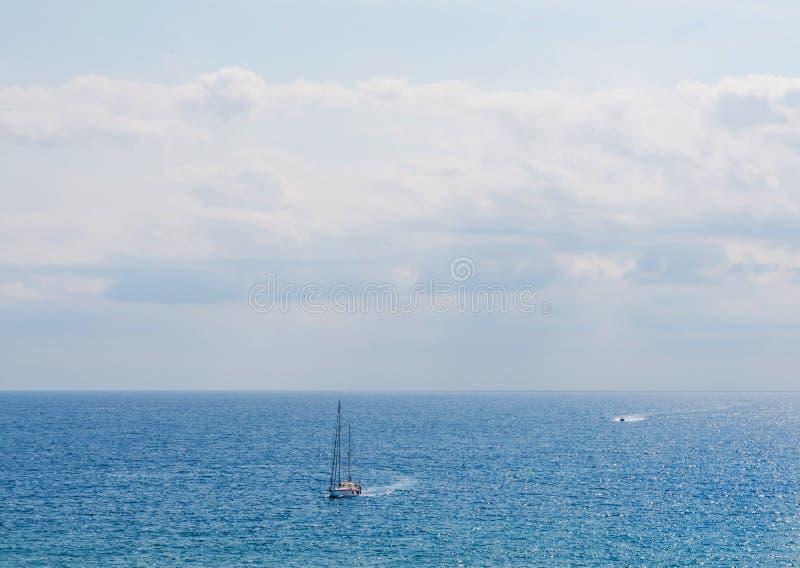 Yate que navega el mar, el cielo claro y el agua azul, SP recreativo foto de archivo libre de regalías
