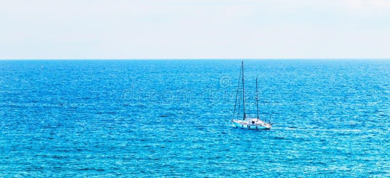 Yate que navega el mar, el cielo claro y el agua azul, SP recreativo fotos de archivo