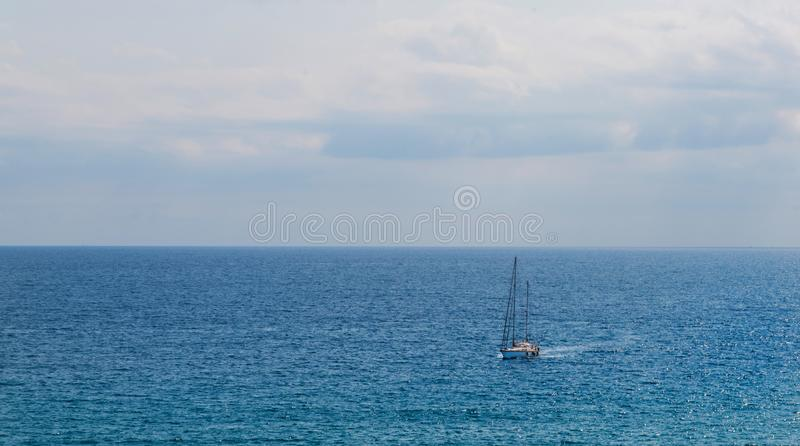 Yate que navega el mar, el cielo claro y el agua azul, SP recreativo imagen de archivo