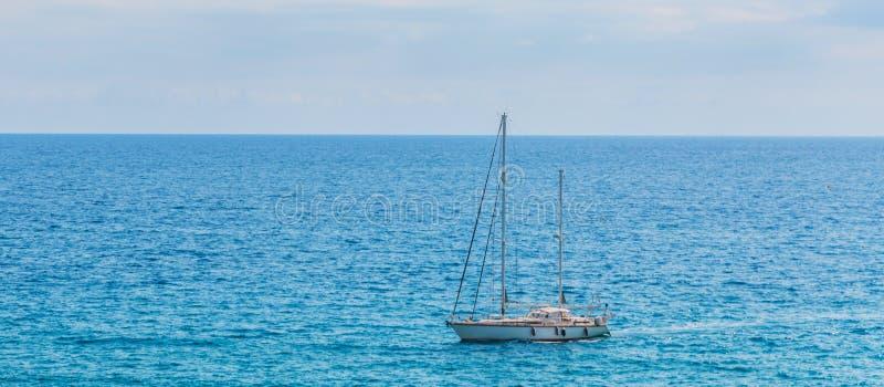 Yate que navega el mar, el cielo claro y el agua azul, SP recreativo fotografía de archivo libre de regalías