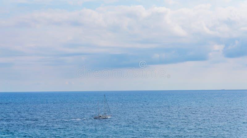 Yate que navega el mar, el cielo claro y el agua azul, SP recreativo fotos de archivo libres de regalías