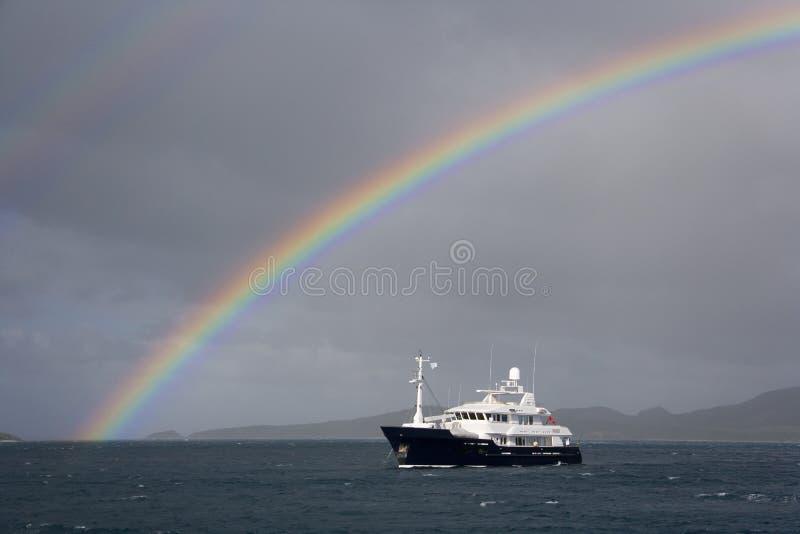 Yate y arco iris de lujo en el South Pacific fotos de archivo libres de regalías