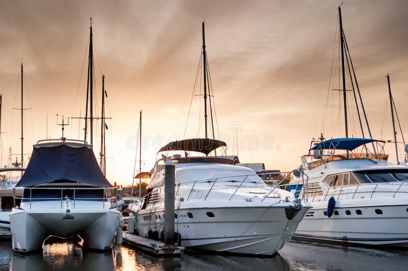 Yate y barcos en el puerto deportivo por la tarde foto de archivo