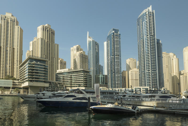 Yate y scyscrapers de lujo en el centro de Dubai, emiratos del árabe de Unidet fotografía de archivo libre de regalías