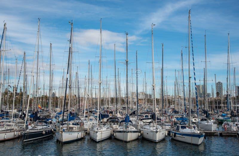 Yates amarrados en el puerto deportivo de Barcelona en España imagen de archivo libre de regalías