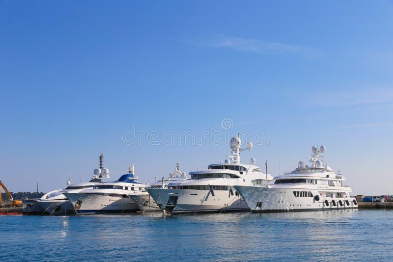 Yates anclados en el puerto Pierre Canto en Cannes foto de archivo