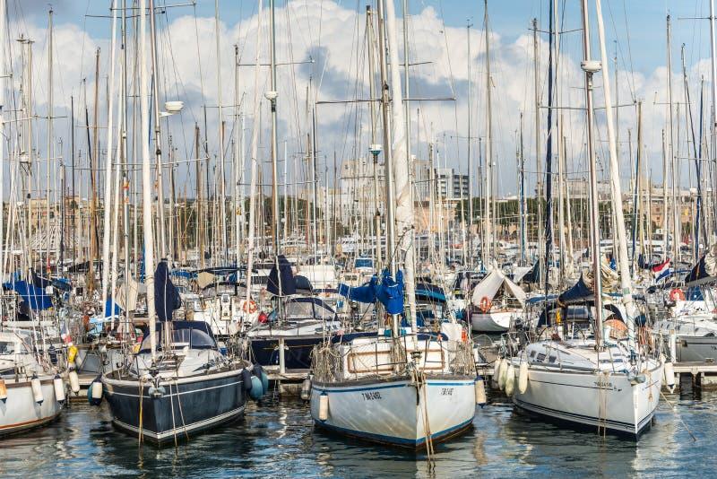 Yates anclados en el puerto Vell en Barcelona, España foto de archivo libre de regalías