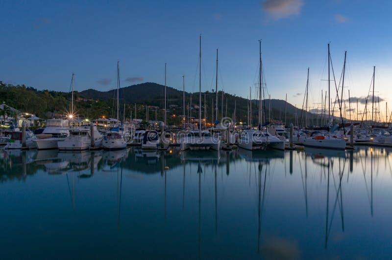 Yates, barcos y catamaranes en bahía imagen de archivo
