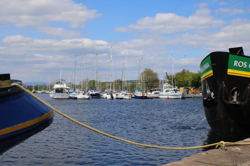 Yates de la navegación en el puerto deportivo escocés imagen de archivo