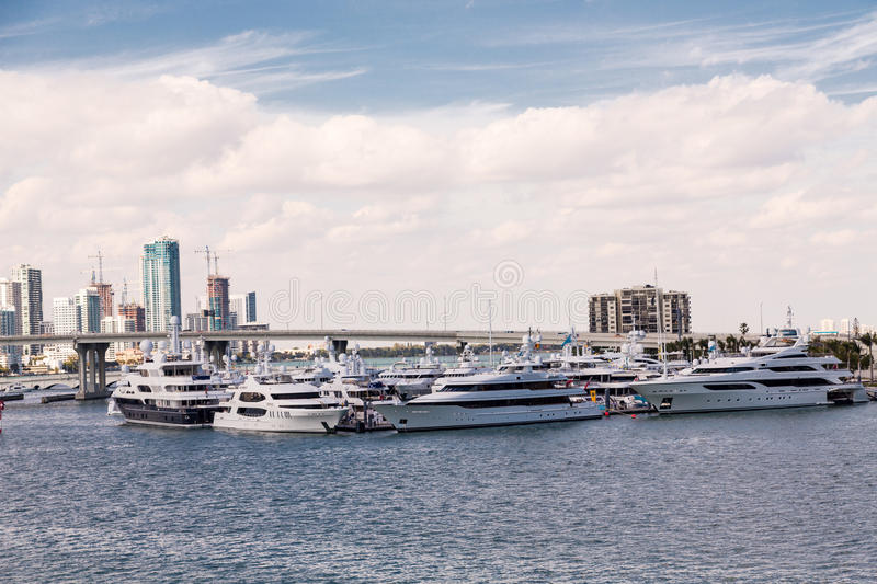 Yates de lujo por el puente de Miami fotografía de archivo libre de regalías