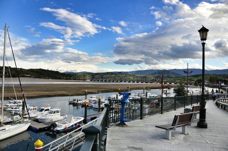 Yates del puerto en la ciudad de San Vicente de la Barquera foto de archivo
