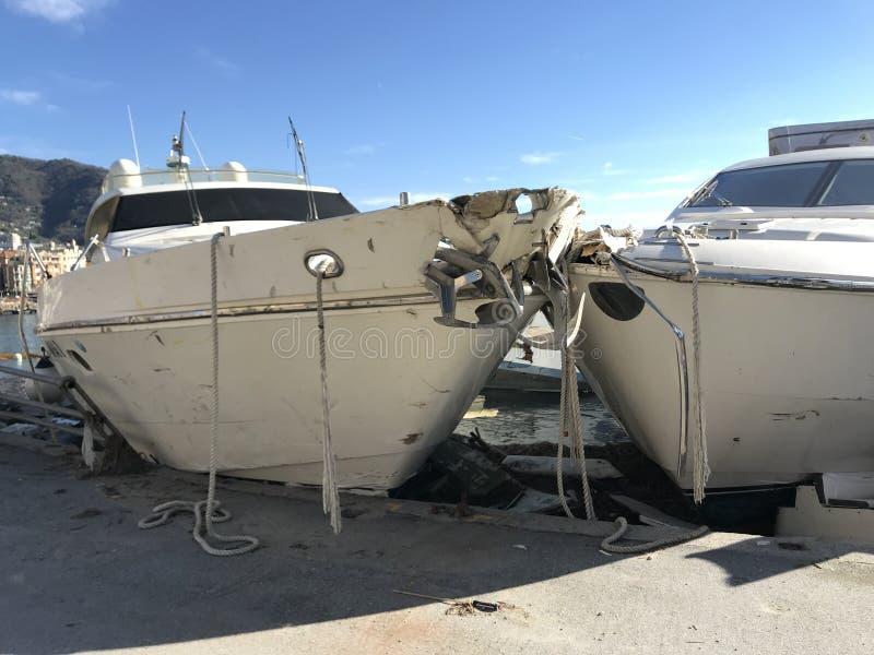 Yates destruidos por huracán de la tormenta en Rapallo, Italia fotos de archivo libres de regalías