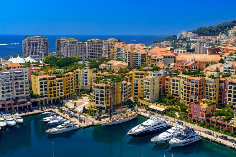 Yates en bahía cerca de las casas y de los hoteles, Fontvielle, Monte Carlo, Mónaco, Cote d'Azur, riviera francesa imagenes de archivo