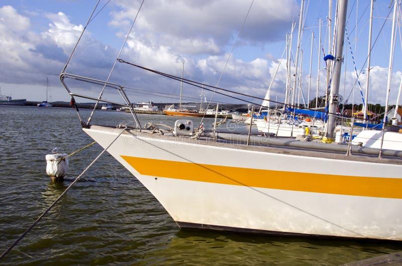 Yates en el embarcadero de la bahía del mar fotos de archivo
