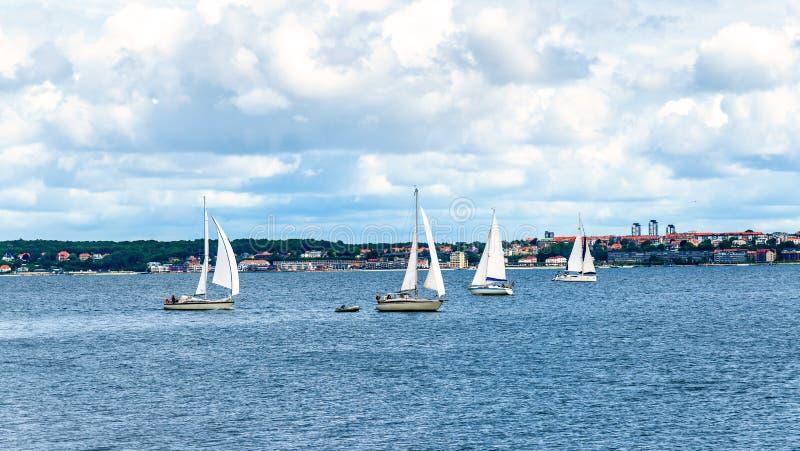 Yates en el estrecho de Oresund entre Helsingor y Helsingborg fotografía de archivo