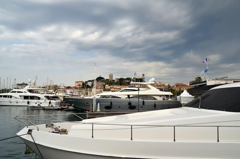 Yates en el mar y el cielo nublado fotografía de archivo libre de regalías