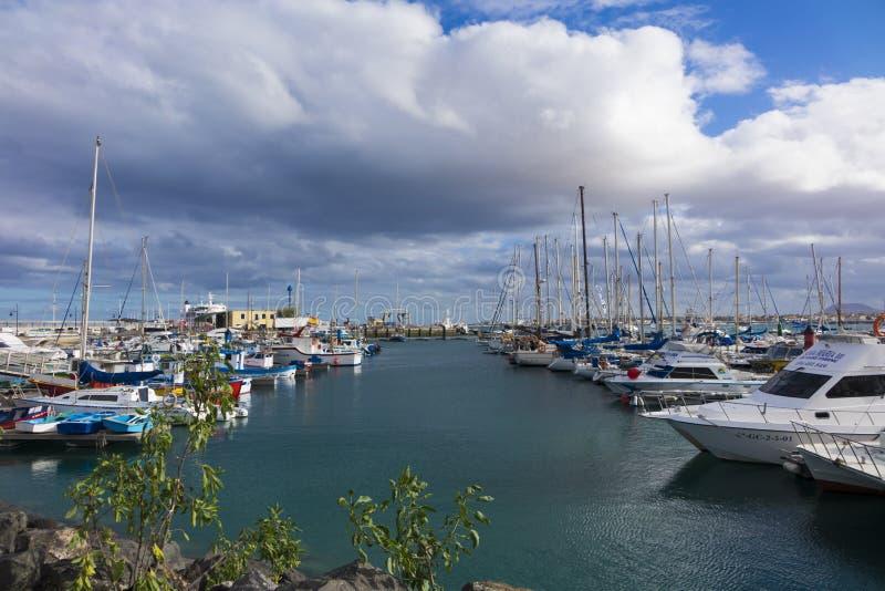 Yates en el puerto Corralejo del puerto imagen de archivo