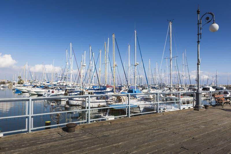 Yates en el puerto de Larnaca, Chipre imagen de archivo libre de regalías