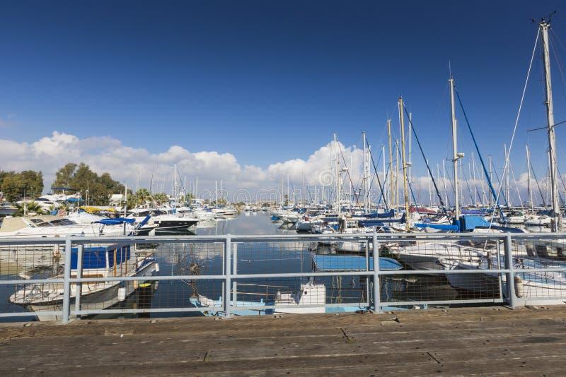 Yates en el puerto de Larnaca, Chipre fotos de archivo