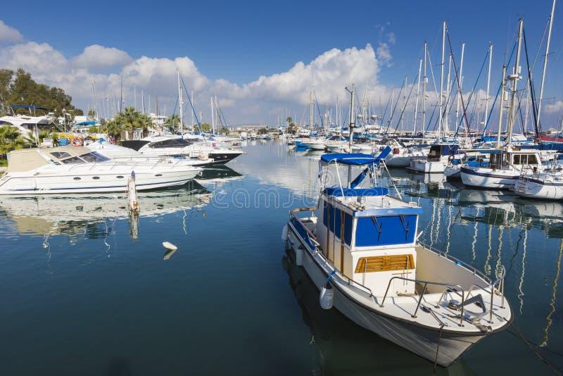 Yates en el puerto de Larnaca, Chipre fotografía de archivo libre de regalías