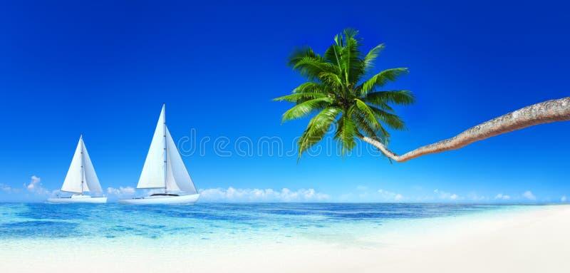 Yates en una playa tropical imagenes de archivo