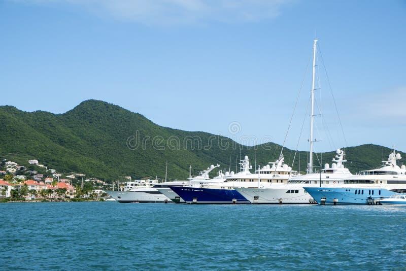 Yates grandes anclados en una bahía en los 2 del Caribe fotografía de archivo libre de regalías