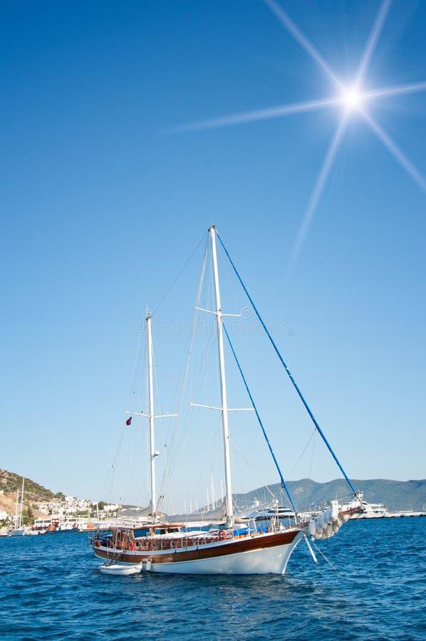 Yates hermosos en el Mar Egeo de la costa. fotografía de archivo libre de regalías