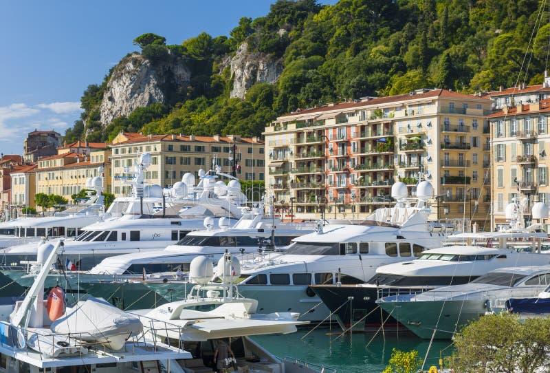 Yates mega en el puerto de Niza, Francia imagenes de archivo