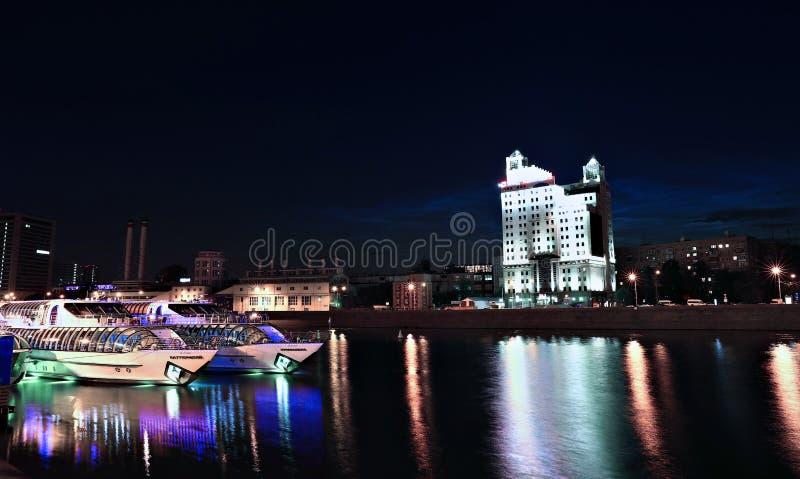 Yates turísticos en el río de Moscú en la noche fotografía de archivo libre de regalías