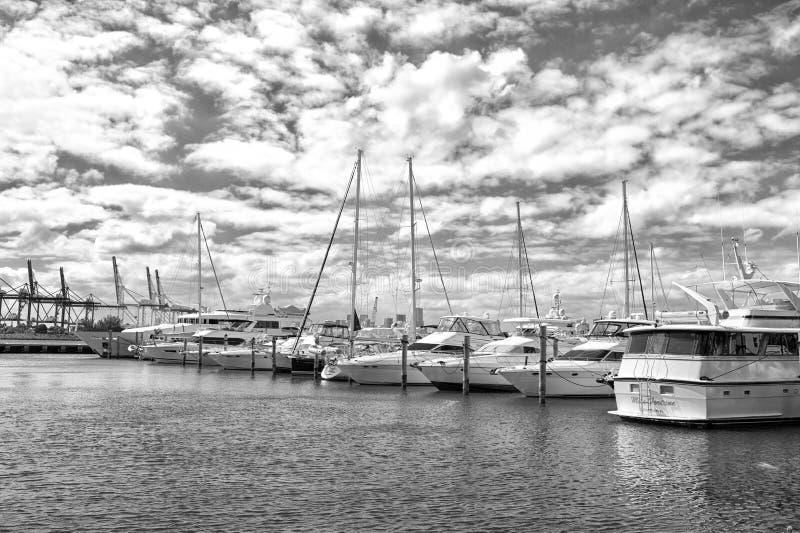 Yates y barcos de vela en puerto marítimo en el cielo azul nublado El navegar y navegación Viaje de lujo en el barco Vacaciones d imagen de archivo libre de regalías